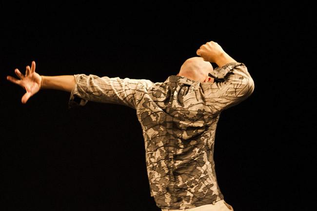 """""""Sem título"""", trabalho da Cia. Fragmento de Dança, traz três versões, ao mesmo tempo distintas e interdependentes, de uma única coreografia."""