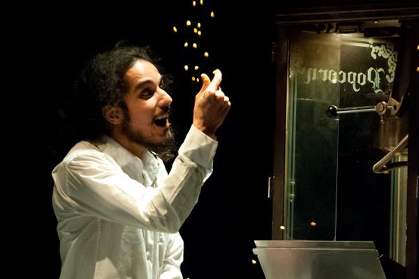 Afshin Ghaffarian | Cena de Uma Solidão Ruidosa | Foto: Patrick Grin