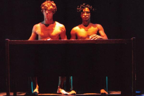 Cena de IN/compatível? | Foto: Lu Mena Barreto | Bailarinos: Eduardo Severino e Luciano Tavares