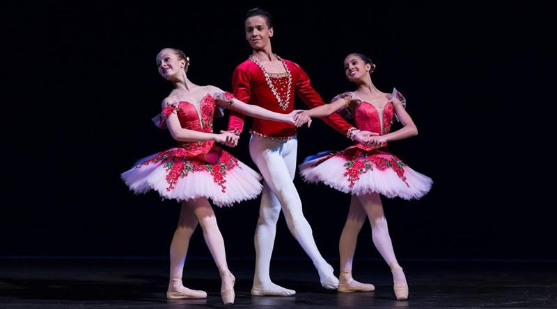 Alunos da Escola de Dança de São Paulo se apresentam no palco do Municipal de SP