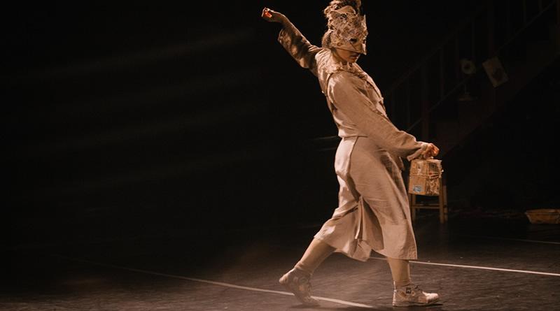 Bailarina lança livro de poesias escritas em movimento e solo de dança em Santa Teresa
